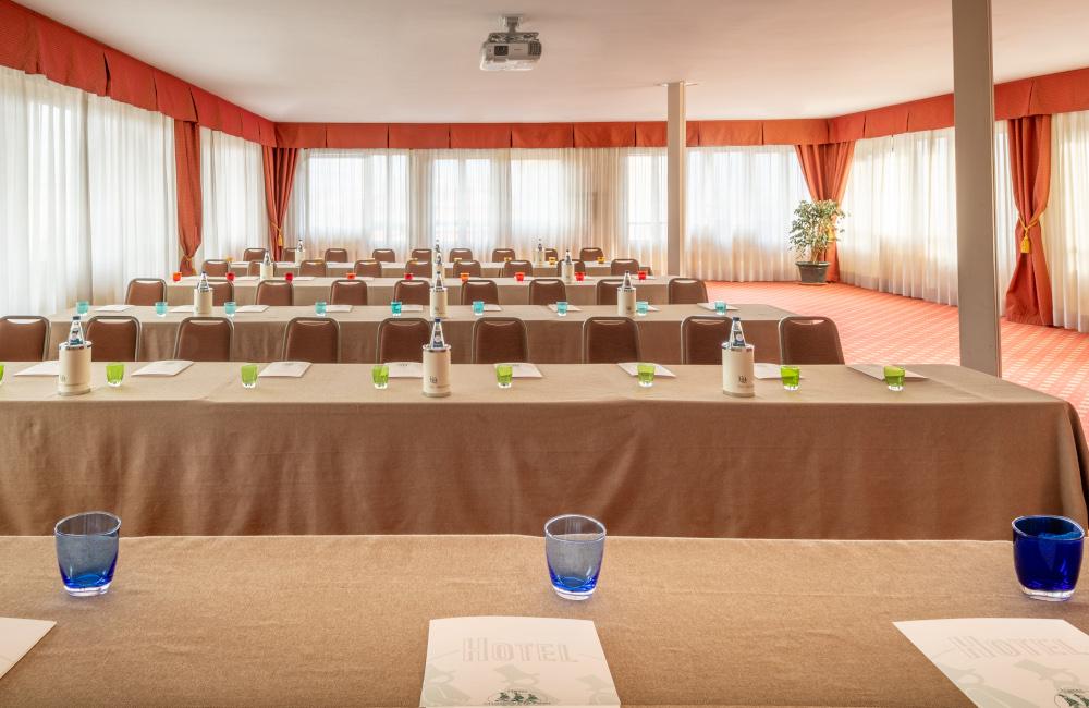hotel-ambasciatori-brescia-sala-brixia-banchi-di-scuola